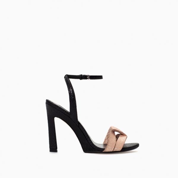 Sandalias de tacón y pulsera