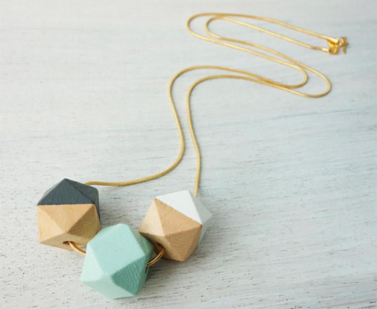 Collar largo con formas de polígonos de madera