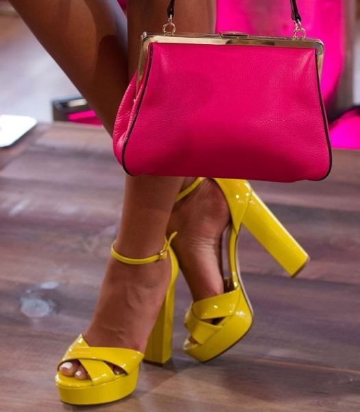 Bolso y zapatos de colores neón