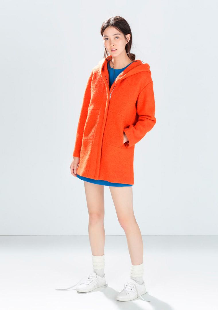 Abrigo con capucha naranja vitaminado Zara