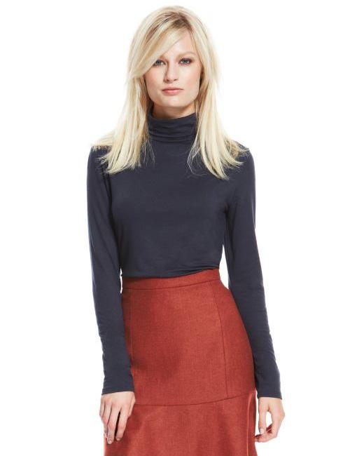 Suéter de cuello alto y falda de talle alto